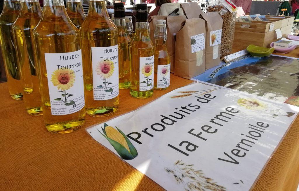 bouteilles d'huile de tournesol au marché