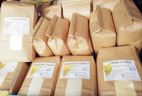 sachets de farine de blé et farine de maïs